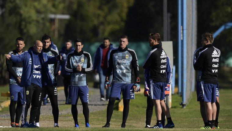 Jorge Desio habla con Nicolás Otamendi, Nahuel Guzmán, Ángel Di María, en el entrenamiento de la Selección de Argentina. (Foto Prensa Libre: AFP)