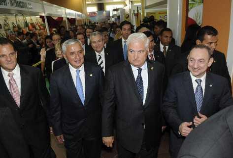 pérez molina, junto al  presidente panameño, Ricardo Martinelli —centro—, durante su visita ayer a Panamá, como orador ante cientos de empresarios.