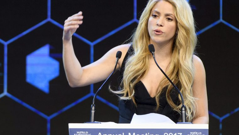 Shakira pretende camuflar algunas zonas de su cabeza con un tratamiento capilar. (Foto Prensa Libre: EFE)