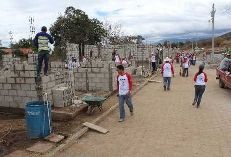 Comunitarios brindan apoyo en mano de obra a integrantes de Hábitat para la Humanidad.