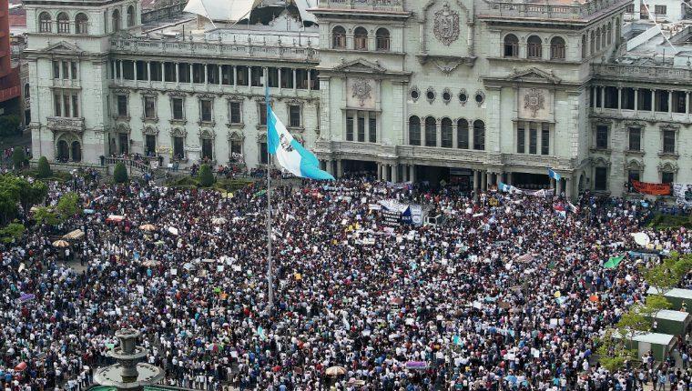 Miles de guatemaltecos exigen la renuncia del binomio presidencial en la Plaza de la Constitución. (Foto Prensa Libre: Hemeroteca PL).