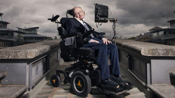 """Hawking y los agujeros negros con """"pelo suave"""": qué dice la última investigación del científico británico"""