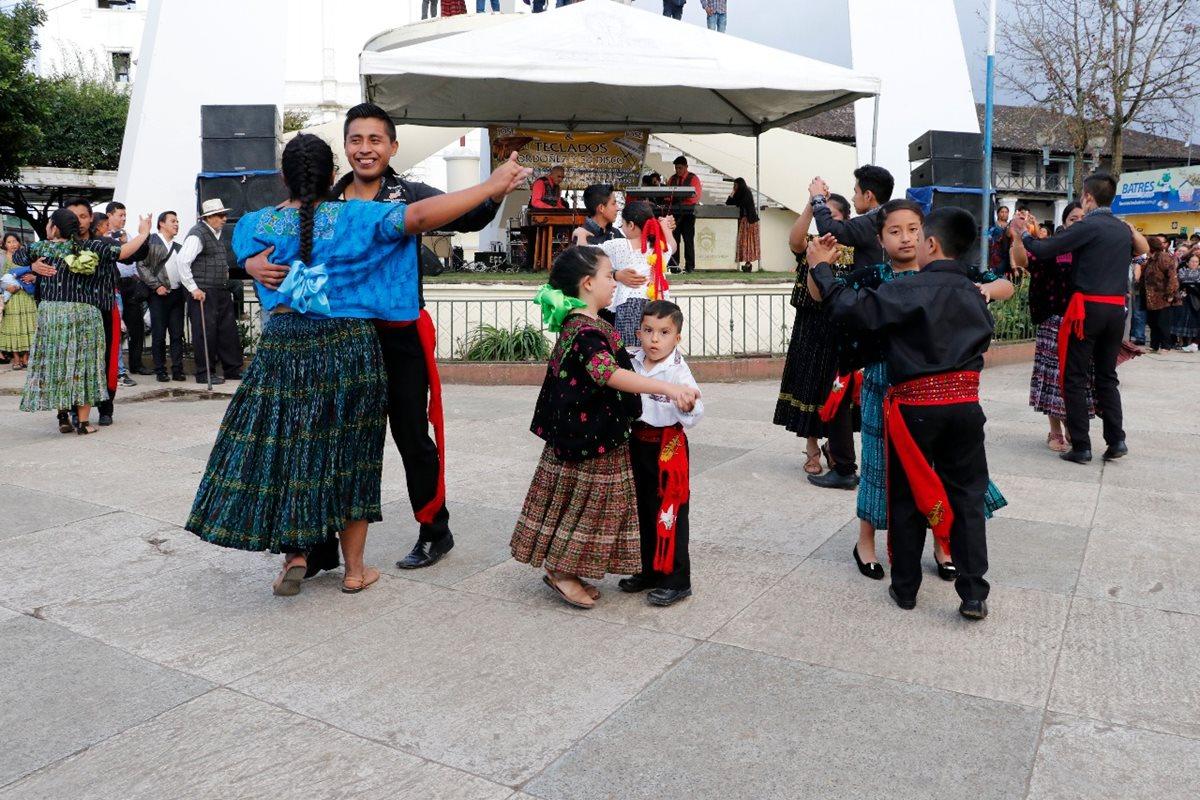 Cobaneros festejan con orgullo patrio el Día de la Marimba