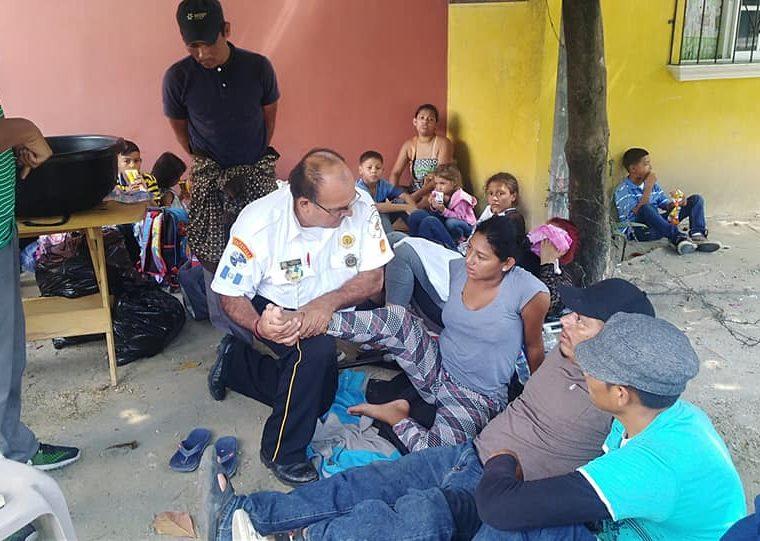 Un bombero voluntario atiende a un grupo de hondureños en un albergue de Chiquimula. (Foto Prensa Libre: Mario Morales)