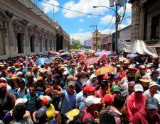 Maestros celebran a las afueras del Congreso por el rechazo al descuento salarial. (Foto Prensa Libre: Hemeroteca)