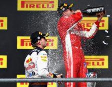 Kimi Raikkonen celebra bebiendo Champagne después de ganar el GP de Estados Unidos. (Foto Prensa Libre: AFP)