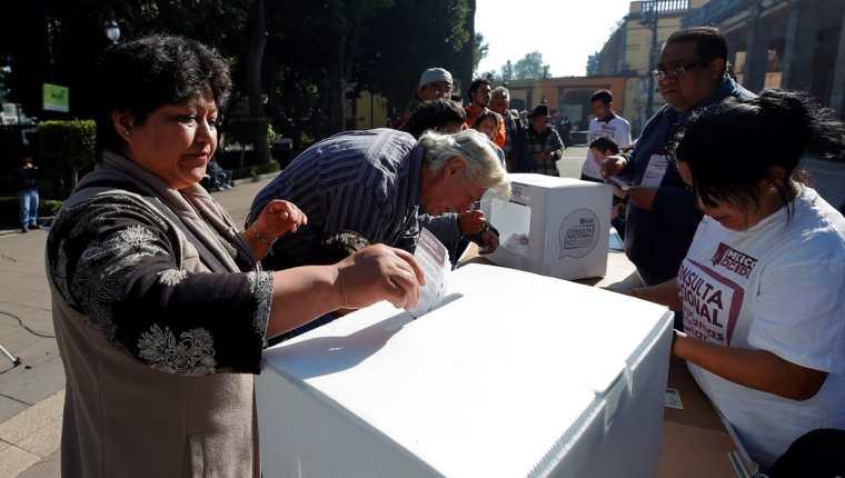 Una mujer vota en la segunda consulta ciudadana en la Alcaldía de Tlalpan de la Ciudad de México. (Foto Prensa Libre: EFE)