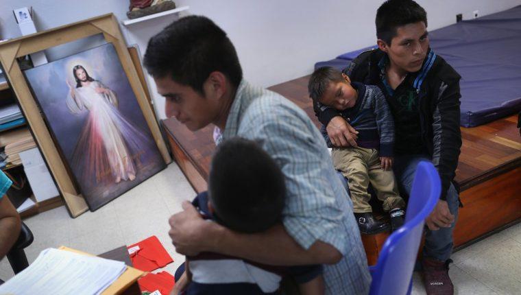 Los migrantes, principalmente centroamericanos, llegaban a EE. UU. y les arrebataban a sus hijos de los brazos. (Foto Prensa Libre: Hemeroteca PL)