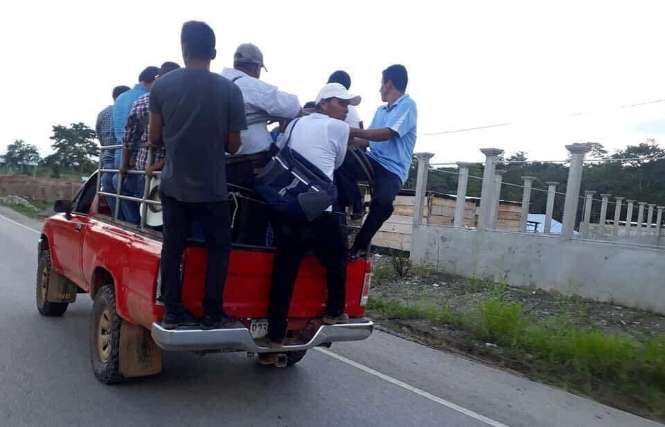 Pobladores de tres comunidades de Ixcán trasladan al alcalde Raúl Gutiérrez a una comunidad dónde pasó la noche con integrantes del Concejo. (Foto Prensa Libre: Joel Pérez).