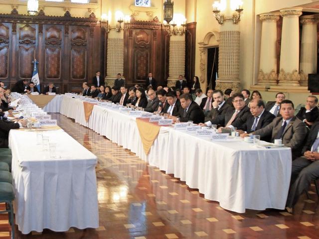 Ministros y secretarios exponen sus metas al presidente Jimmy Morales y al vicepresidente Jafeth Cabrera, en el Salón Banderas del Palacio Nacional.