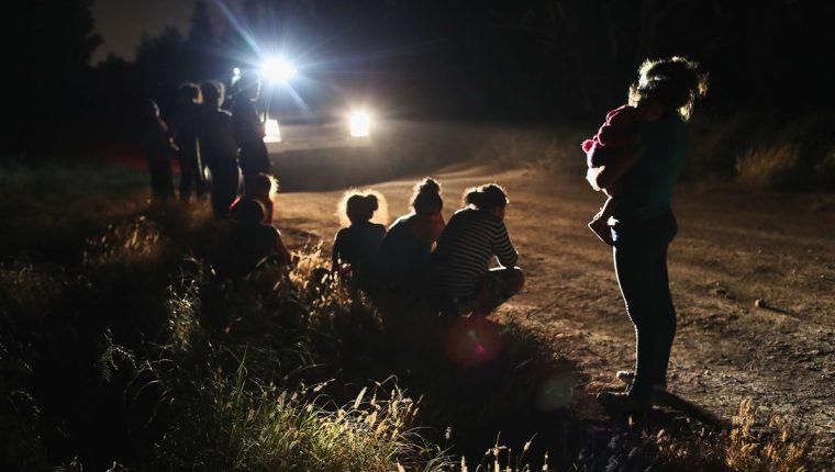 Trump propone la deportación inmediata de migrantes en la frontera, lo que viola el debido proceso. Inmigrantes capturados en la frontera de Texas. (Foto Prensa Libre: AFP)