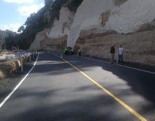 El paso vehicular queda habilitado, luego que un socavamiento cortara el camino el 17 de octubre último. (Foto Prensa Libre: Érick Ávila)