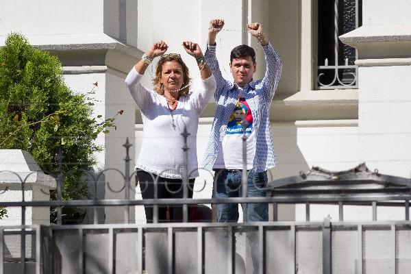 Diputado venezolano se encadena para pedir libertad de presos políticos