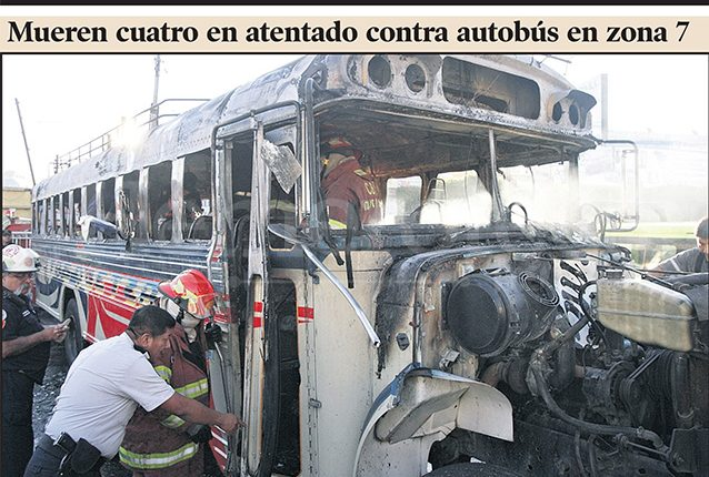 Foto principal de la portada de Prensa Libre del 4/01/2011 que mostraba el estado del bus luego del ataque. (Foto: Hemeroteca PL)