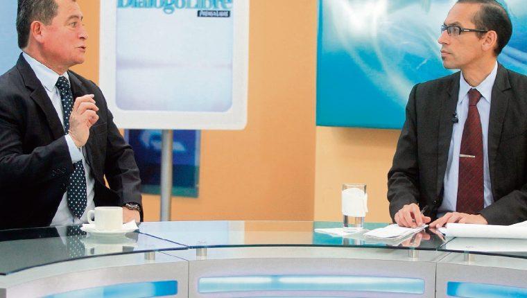 Edy cifuentes, consultor y especialista en poder local, conversa con el periodista Geovanni Contreras. (Foto Prensa Libre: Esbin García)