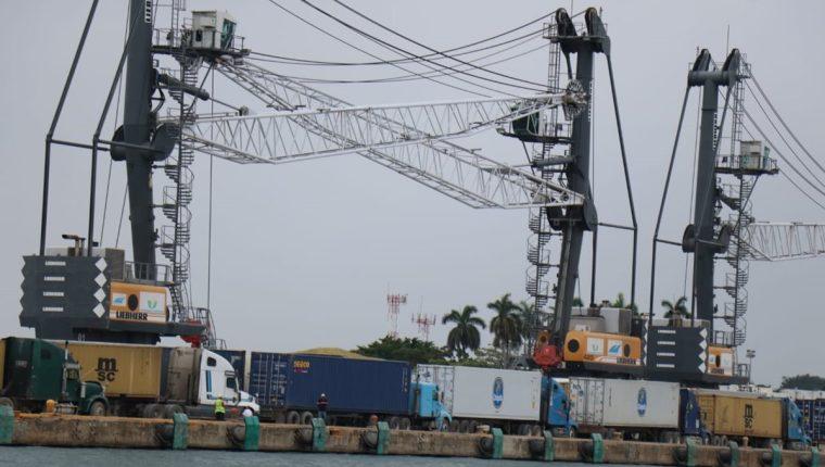 El movimiento de carga en terminales como Puerto Barrios (Izabal) se vio afectado por la falla en el sistema de la SAT. (Foto Prensa Libre: Dony Stewart)