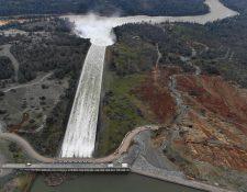 Liberan cien mil pies cúbicos de agua por segundo por el aliviadero principal de la represa Oroville, California. (AFP).