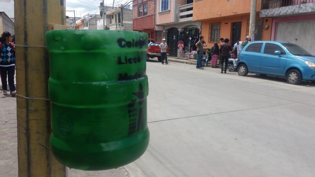 Estudiantes del colegio Liceo Moderno, colocan 25 botes reciclables en la zona 7 de Quetzaltenango. (Foto Prensa Libre: Fred Rivera)
