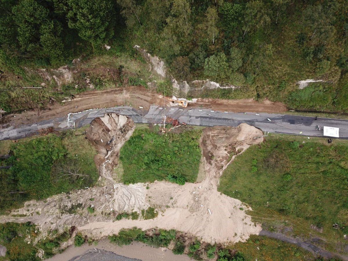 Los dos agujeros exponen el riesgo en que se encuentra la carretera que conecta Villalobos con Ciudad San Cristóbal. (Foto Prensa Libre: Cortesía Conred)