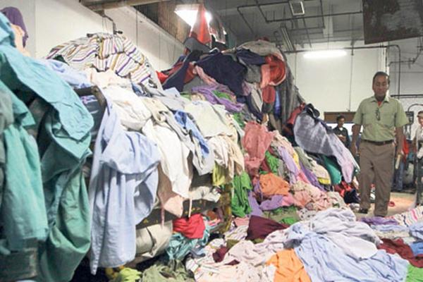 Volcanes de ropa se acumulan, debido a la falta de las lavadoras.
