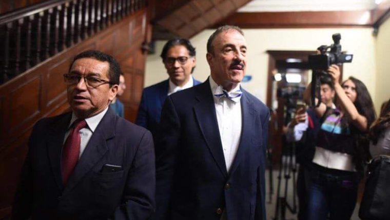 El diputado Fernando Linares-Beltranena acude a la audiencia conciliatoria. (Foto Prensa Libre: Cortesía)