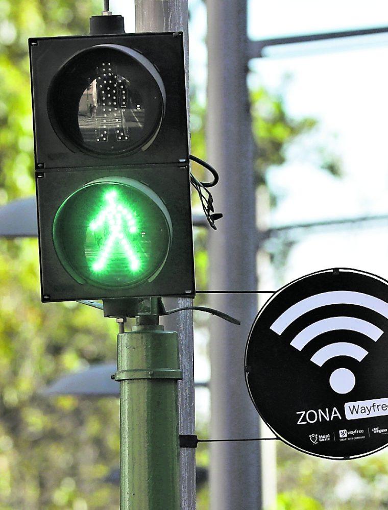 Hace dos semanas se colocaron rótulos en el Paseo de la Sexta anunciando el nuevo servicio de internet gratuito. (Foto Prensa Libre: Esbin García)