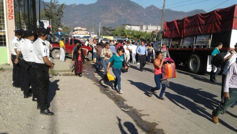 Usuarios de la ruta Intermaericana tuvieron que caminar por los bloqueos registrados en esa vía en Huehuetenango. (Foto Prensa Libre: Mike Castillo)
