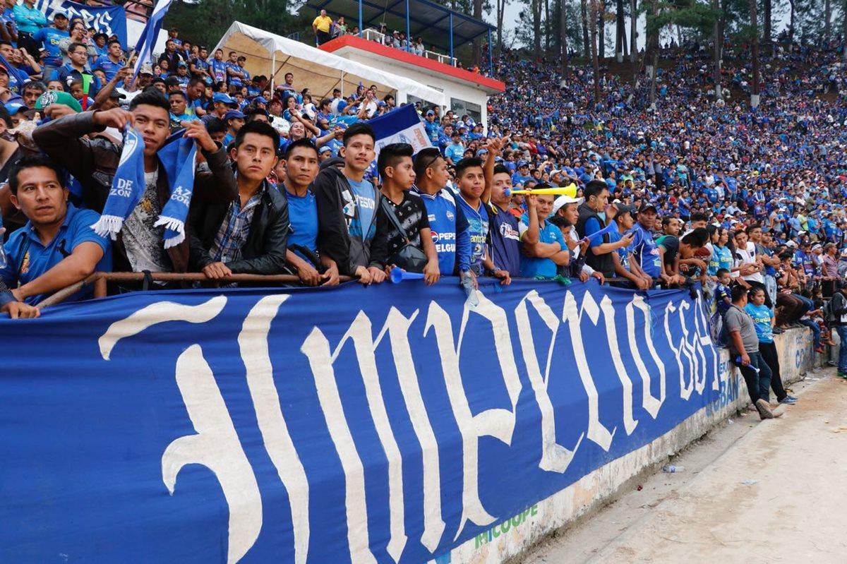 Miles de aficionados llegaron al José Ángel Rossi desde muy temprano. (Foto Prensa Libre: Eduardo Sam)