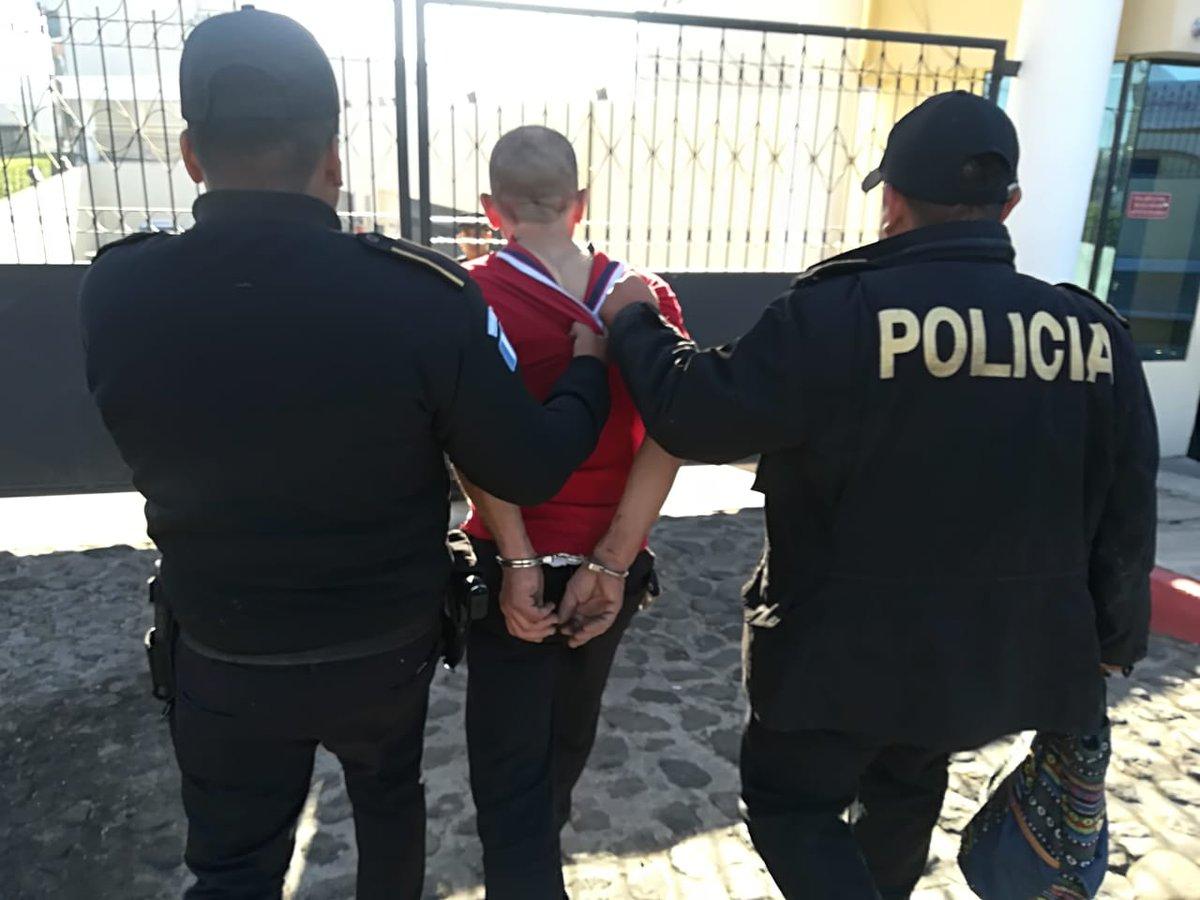 El presunto detenido fue llevado ante un juzgado de turno para solventar su situación. (Foto Prensa Libre: Fred Rivera)