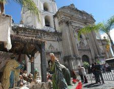 Las diferentes iglesias se preparan para celebrar en horas de la tarde y noche la misa de Gallo. En la imagen, nacimiento en el atrio del templo de La Merced. (Foto, Prensa Libre: Érick Ávila)