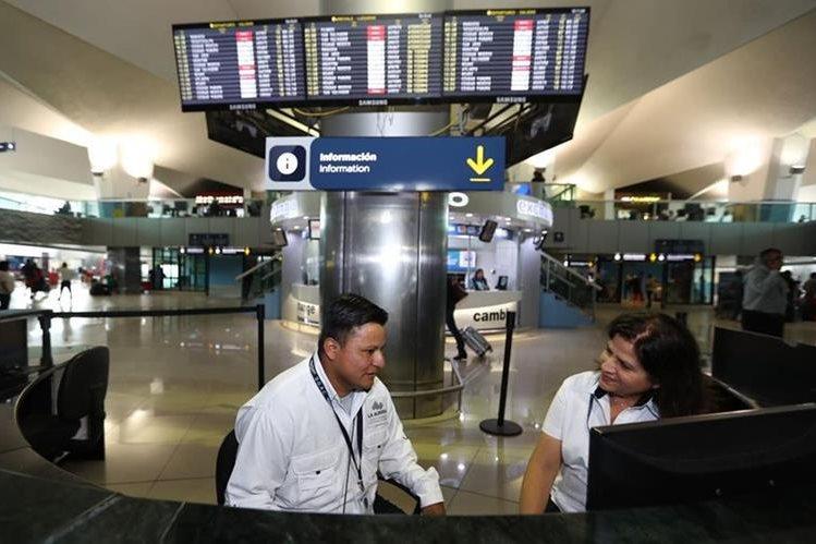 Pedro Perebal comenzó a trabajar en mayo último en el Aeropuerto Internacional la Aurora. (Foto Prensa Libre: Hemeroteca PL).