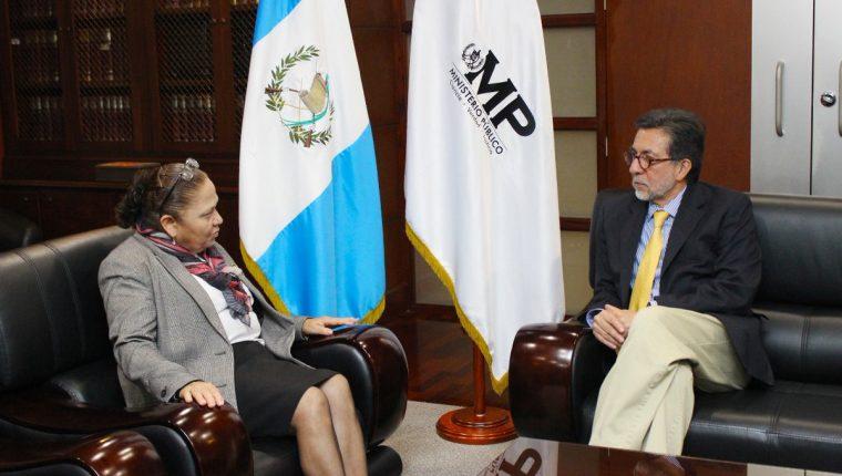 La Fiscal General y jefa del Ministerio Público Consuelo Porras y el embajador de Estados Unidos en Guatemala, Luis Arreaga se reunieron este viernes. (Foto Prensa Libre: Cortesía Ministerio Público)