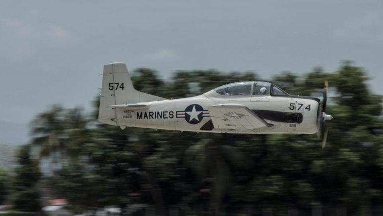 Este T-28 Trojan es el que se accidentó esta tarde al final de la pista del Aeropuerto La Aurora. (Foto Prensa Libre: G4 Team)