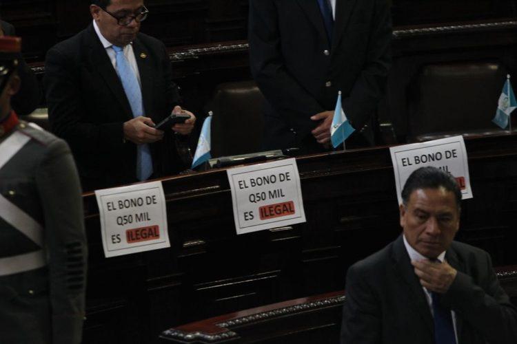 Diputados de la bancada Encuentro por Guatemala pusieron frente a sus curules hojas protestando por el bono de Q 50 mil que el presidente recibe del Ministerio de la Defensa.