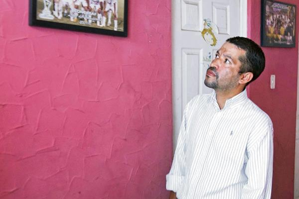 Las paredes del hogar de Luis Chicho Bradley atesoran los buenos momentos que le dejó el futbol. (Foto Prensa Libre: Hemeroteca PL)