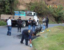 Peritos del Minsiterio Público trabajan en la escena donde vecinos lincharon a Carlos Batzibal Saquil, de 31 años, que lo señalan de pertenecer a una banda de secuestradores. (Foto Prensa Libre: José Contreras)