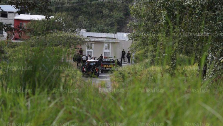 Agentes participan en el operativo de recaptura de Anderson Cabrera. (Foto Prensa Libre)