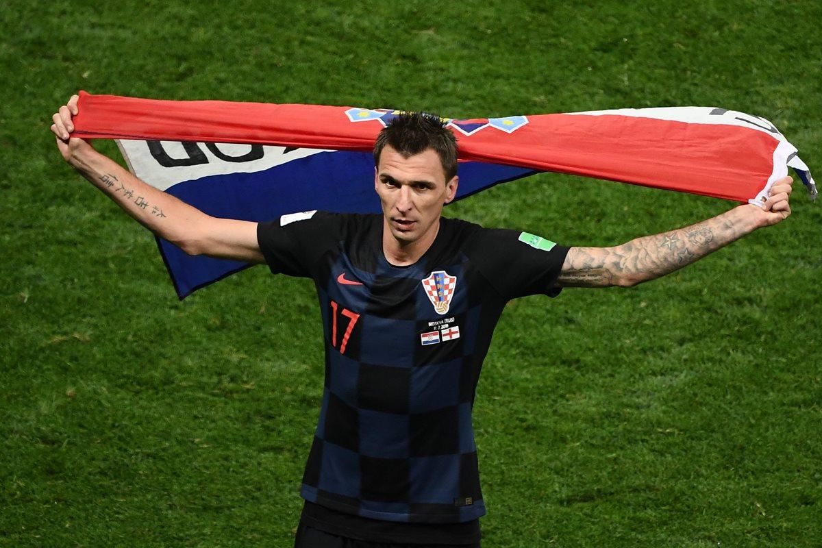 Mario Mandzukic, con la bandera de Croacia, festeja el pase a la final del Mundial de Rusia 2018. (Foto Prensa Libre: AFP)