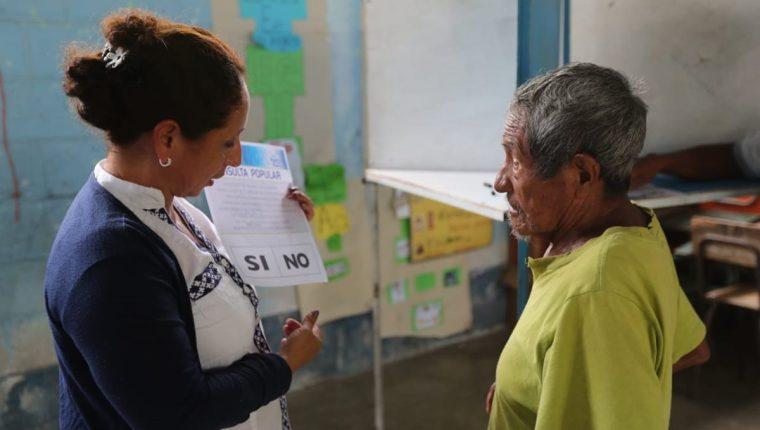 Con dificultades, Magdaleno Chún, acudió a votar en la Consulta Popular, en San Luis, Petén. (Foto Prensa Libre: Érick Ávila)