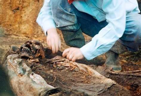 Exhumación de cadáveres en la aldea Chacalté.