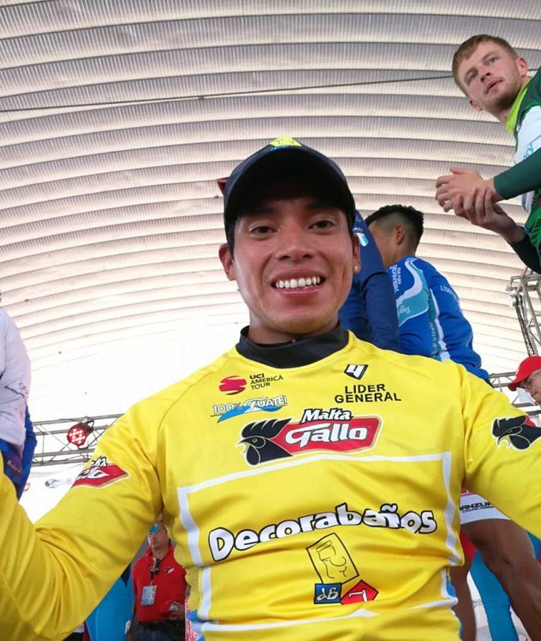 Alfredo Ajpacajá posa para las cámaras con el suéter de líder de la Vuelta a Guatemala 2018. (Foto Prensa Libre: Carlos Vicente)