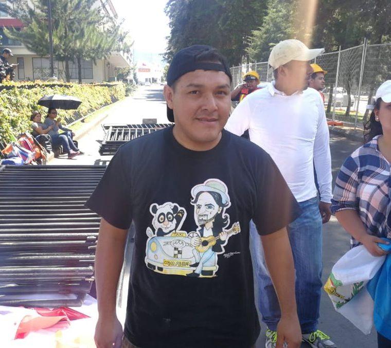"""Un seguidor de Ricardo Arjona viste una playera alusiva al tema """"Historia de un taxi. (Foto Prensa Libre: Érick Ávila)"""