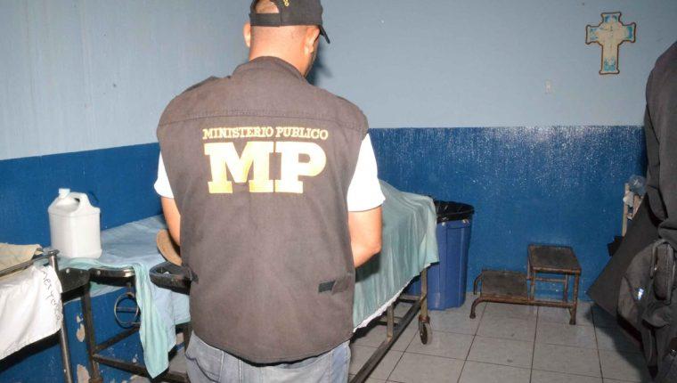 El cadáver del menor es resguardado por personal del Ministerio Público en la cabecera de Zacapa. (Foto Prensa Libre: Víctor Gómez)