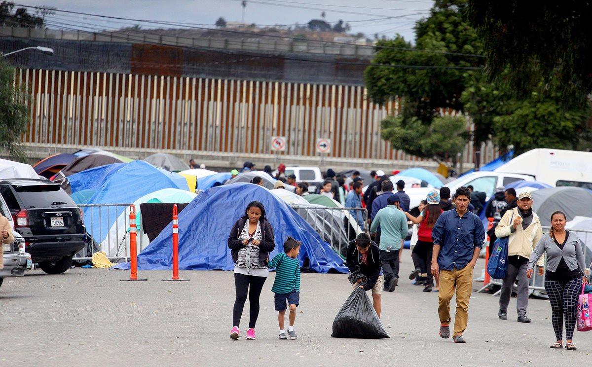 Cientos de integrantes de la caravana migrante de centroamericanos permanecen en las afueras del albergue Benito Juárez hoy en la ciudad de Tijuana. (Foto Prensa Libre: EFE)