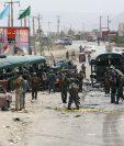 Fuerzas de seguridad inspeccionan el sitio del ataque suicida en Kabul, Afganistán. (Foto prensa Libre:EFE).