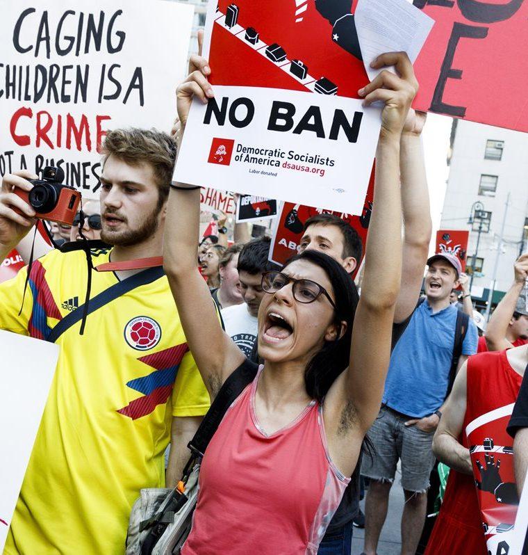 Varias personas se manifiestan contra las estrategias del Servicio Inmigración y Aduanas (ICE) y las políticas de inmigración de Trump.(AFP)