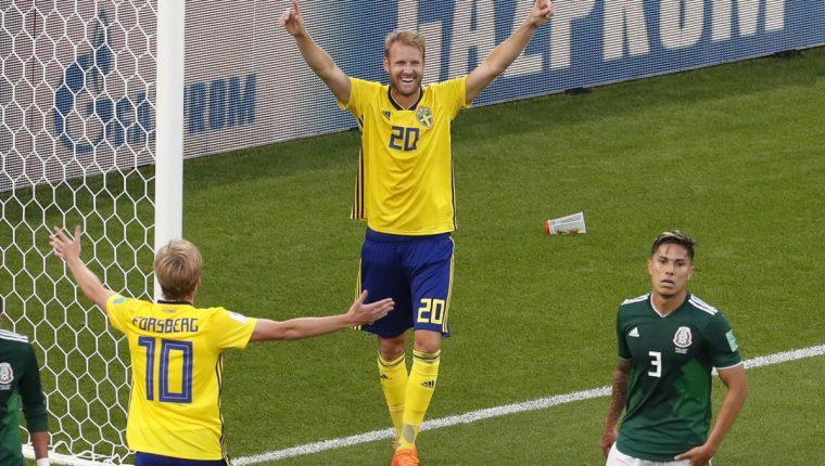 Ola Toivonen festeja el 3-0 de Suecia sobre México. (Foto Prensa Libre: EFE)