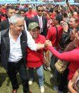 El presidente Otto Pérez saluda a salubristas en el parque Erick Barrondo. (Foto Prensa Libre: Esbin García)