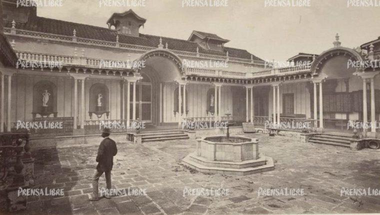 Foto de Eadward Muybridge, de 1875, de la fachada de la Sociedad Económica Amigos del País, donde se encontraba el Museo Nacional de Guatemala.