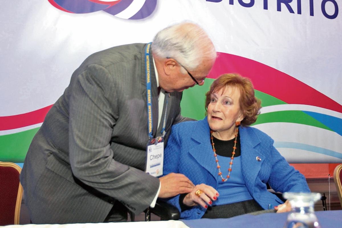 Isabel Gutiérrez  de Bosch,  homenajeada, recibe felicitaciones de José Mauricio Rodríguez, gobernador del Distrito Rotario 4250.